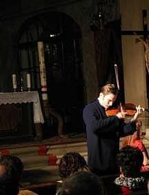 Violinista in chiesa